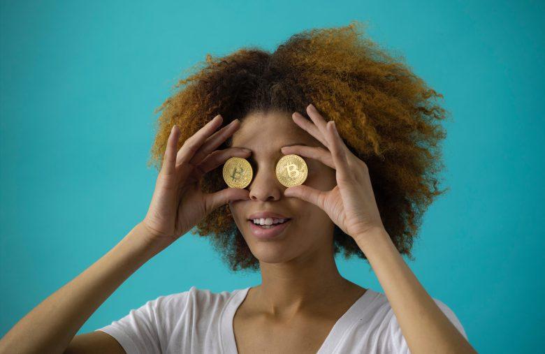 Mulher com os olhos atentos ao Bitcoin