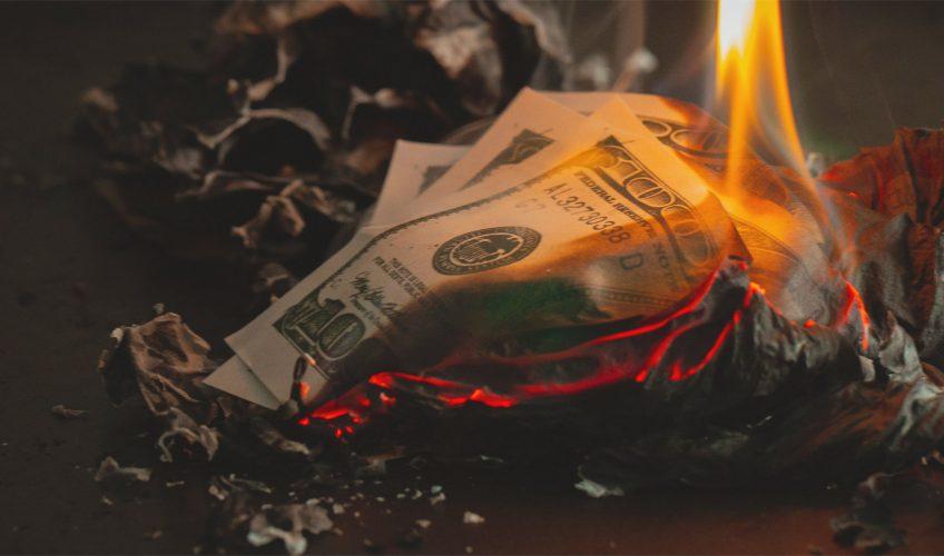 dinheiro sendo queimado