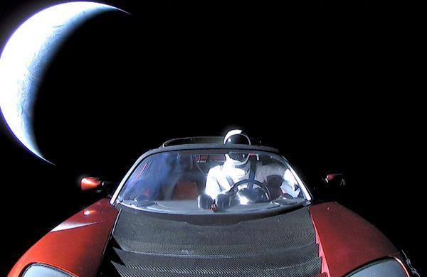 Carro da Tesla no espaço