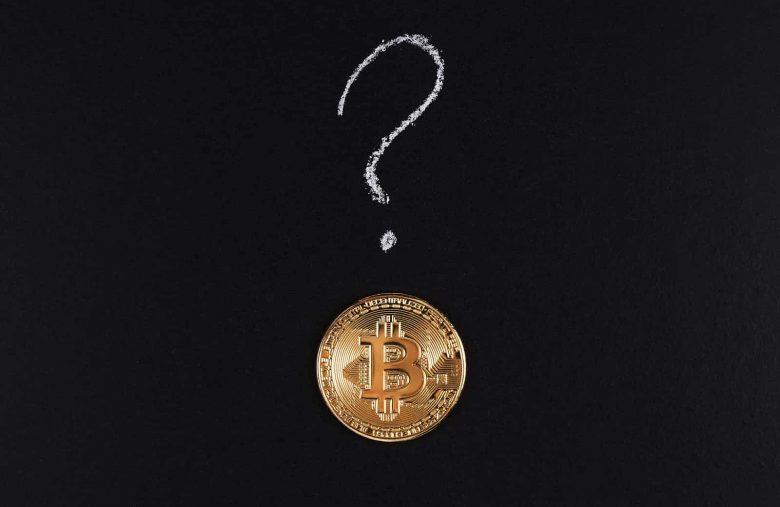 moeda de bitcoin com marca de questão