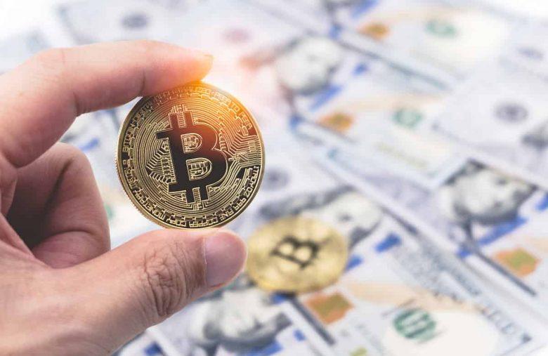 Moeda de bitcoin com dólares no fundo