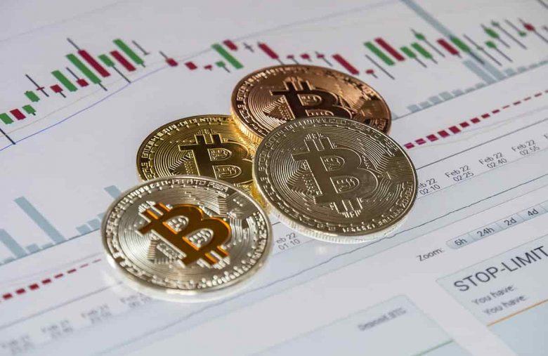 gráfico com moedas de bitcoin